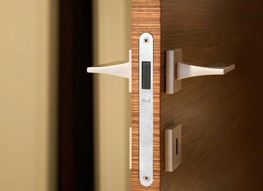 И хотя сейчас стало модным вместо дверей делать. все же несколько межкомнатных дверей есть... арочные проемы.